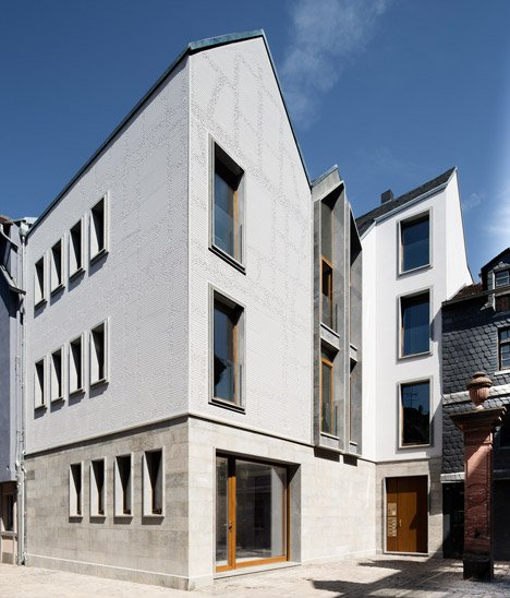 Architekturbüros Frankfurt engraved pattern covers franken architekten s frankfurt house