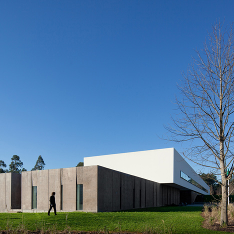 University building by Pedro Reis combines a white box with a rough concrete base