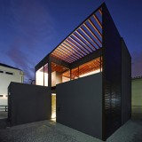 Trellis canopy shades courtyard of Pergola house by Apollo Architects