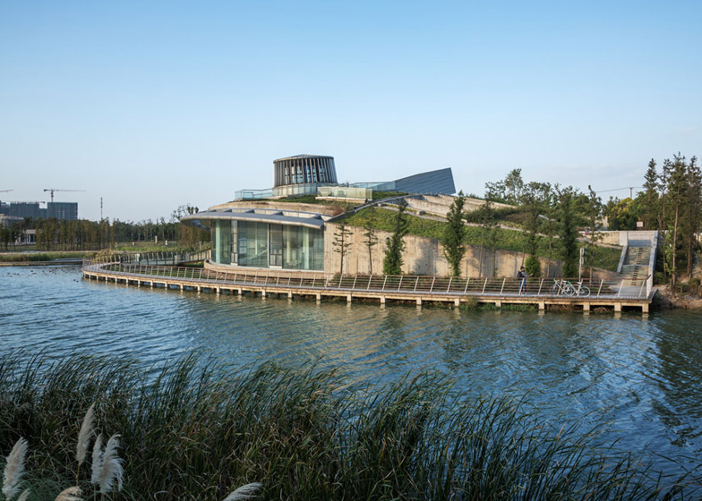 Waterfront restaurant by Pro-Form Architects