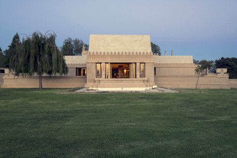 Frank-Lloyd-Wright-Hollyhock-House_dezeen_468_0