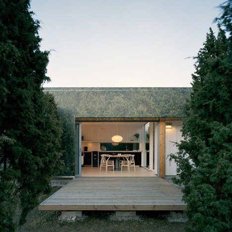 Swedish holiday home by Murman Arkitekter pretends to mirror a juniper grove