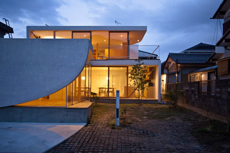 Curving walls eclipse glazed facade of park-side house in Japan by Tsuyoshi Kawata