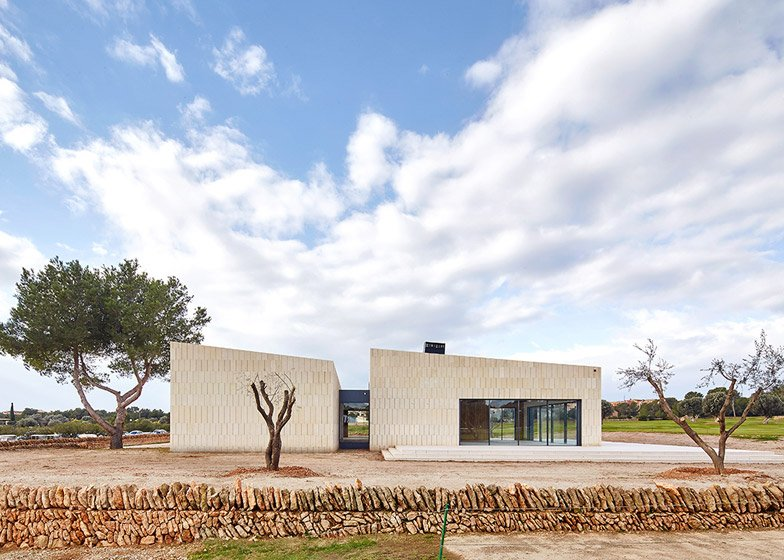 Stone Clubhouse by GRAS Arquitectos