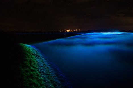 Daan Roosegaarde's Waterlicht installation mimics northern lights in Dutch skies