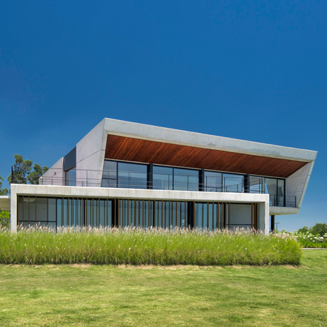 Estudio Ramos completes concrete sailing clubhouse on Argentina's Paraná River