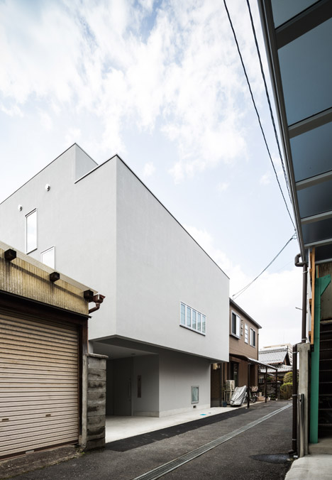 Kouichi kimura 39 s cozy house is a family home in a busy for Japanese architecture firms