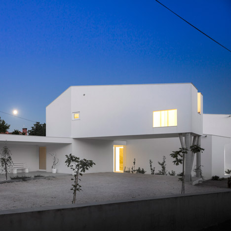 Contaminar Arquitectos divides Texugueira House into a row of three blocks