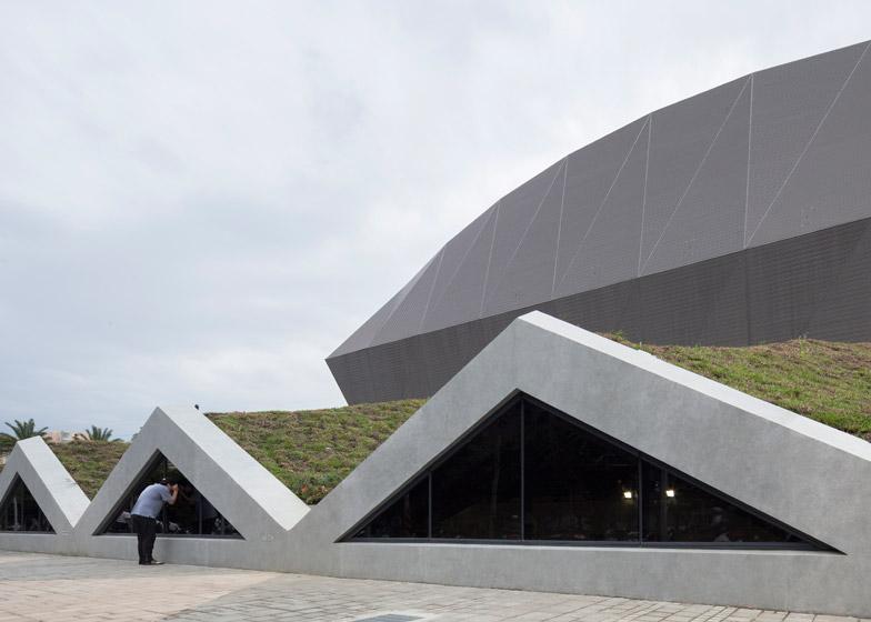 Zhonghe Sports Center in Taiwan has a hood-like form