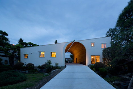 Arch Wall House by Naf Architect &amp Design