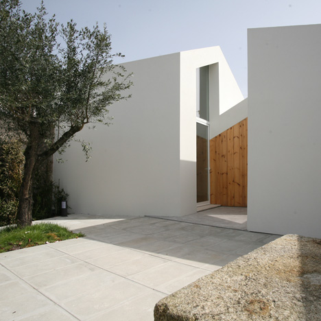 Oficina d'Arquitectura's Portuguese guest house is cut in two by a recessed entrance