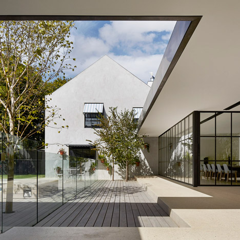 B.E. Architecture adds gridded glass rooms to a Melbourne residence