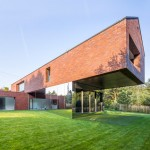 Mirrors emphasise the cantilever of Robert Konieczny's Living-Garden House