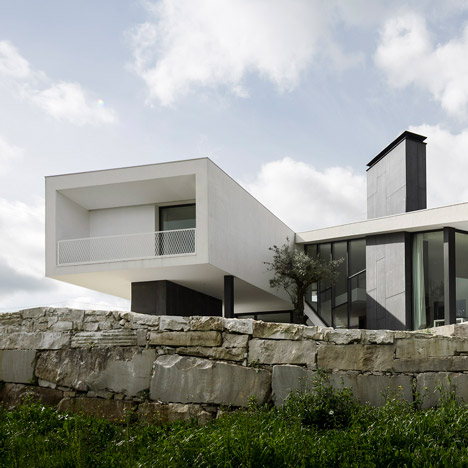 Vidigal-House-by-Contaminar-Arquitectos_dezeen_sq02