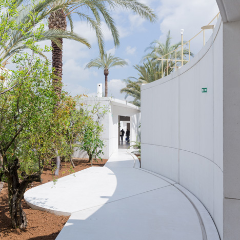 "Anne Holtrop uses white concrete ""puzzle pieces"" for Bahrain's tranquil Expo pavilion"