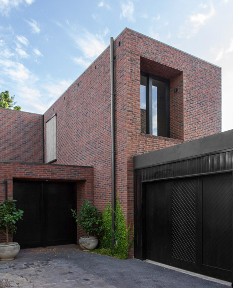 B e architecture completes a trio of red brick houses for the same family - Modern architectural trio ...