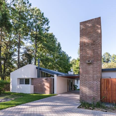 Casa-en-El-Pinar-by-Estudio-Biagioni-Pecorari-Arquitectos_dezeen_sq
