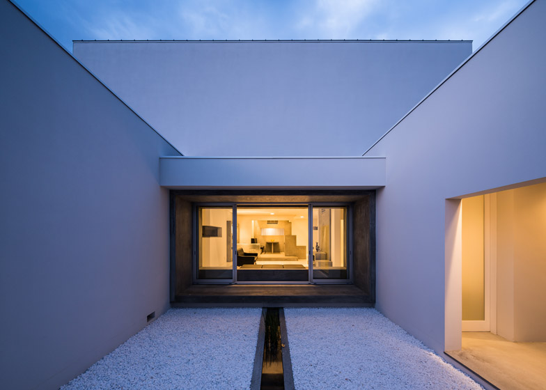 Courtyard House by FORM