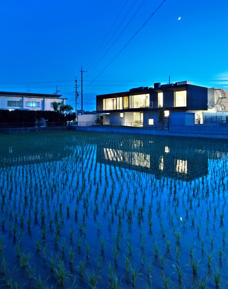 "Satoru Hirota Architects creates a ""floating"" home and gallery for an embroidery artist"