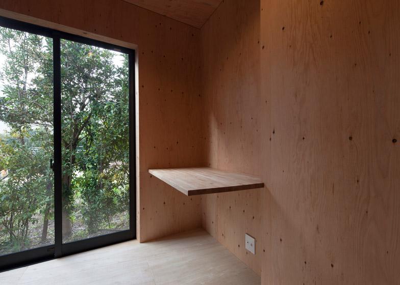 Fly out house by Tatsuyuki Takagi Architects