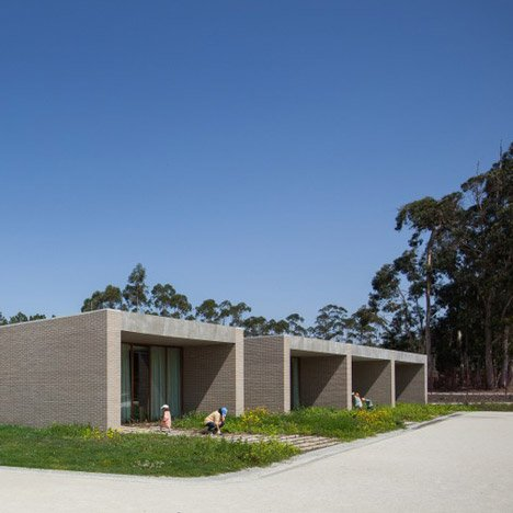 Brick blocks hold separate classrooms at Fonte de Angeão School by Miguel Marcelino