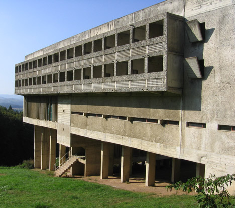 Le-Corbusier-Sainte-Marie-de-La-Tourette_dezeen_468_1