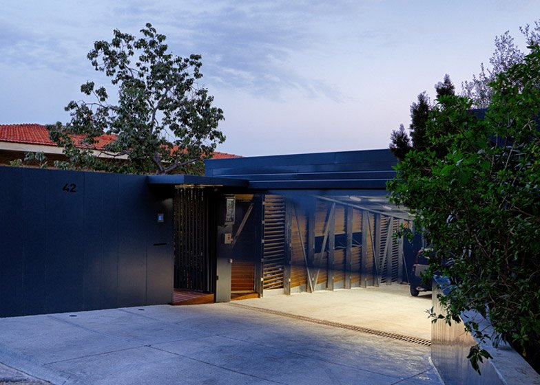 Suspended garage by Hiboux Architecture