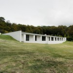 "David Chipperfield's Fayland House conceived as a ""large earthwork"" in the English countryside"
