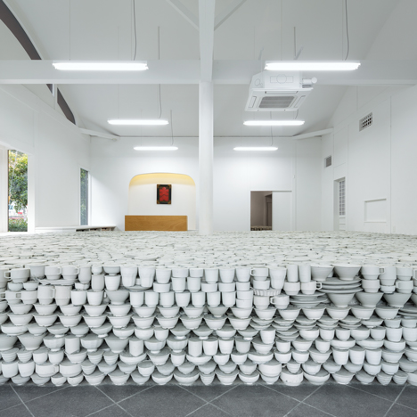 Yusuke Seki uses 25,000 pieces of crockery to raise the floor of a ceramics shop