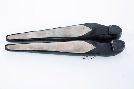 The-Excessively-Long-Shoes_Paulina-Lenoir_dezeen_468_1