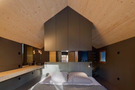 Holzhaus-am-Auerbach-by-Holiday-Architecture-winter_dezeen_468_24