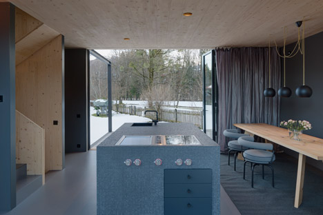 Holzhaus-am-Auerbach-by-Holiday-Architecture-winter_dezeen_468_29