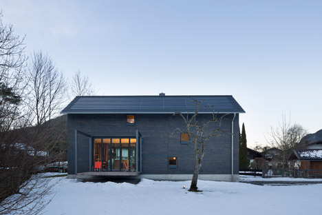 Holzhaus-am-Auerbach-by-Holiday-Architecture-winter_dezeen_468_32