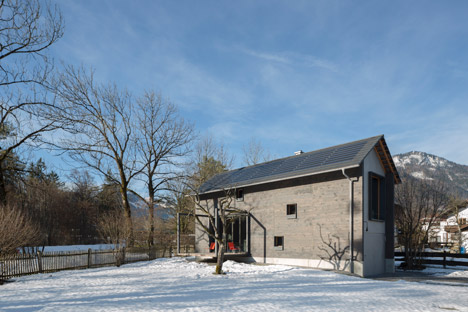 Holzhaus-am-Auerbach-by-Holiday-Architecture-winter_dezeen_468_8