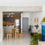 Vitrô Arquitetura exposes structural concrete pillars within 1960s São Paulo apartment