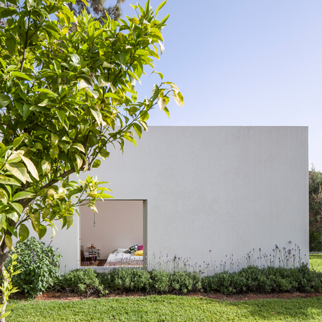 Three white boxes extend into the garden of Paritzki & Liani's T/A House