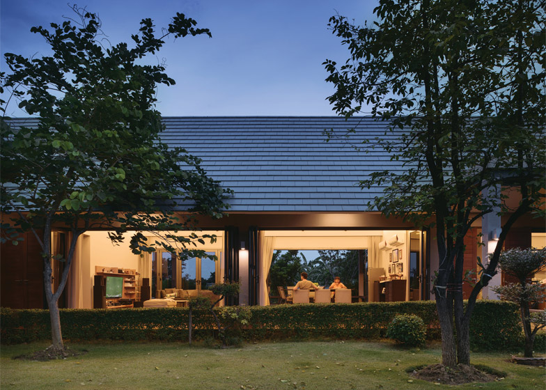 The Triangle House by Phongphat Ueasangkhomset