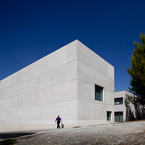 Atelier Central Arquitectos adds concrete entrance and golden walkways to Lisbon school