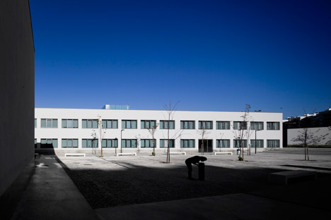 Vergilio-Ferreira-High-School-by-Atelier-Central-Arquitectos_dezeen_468_0