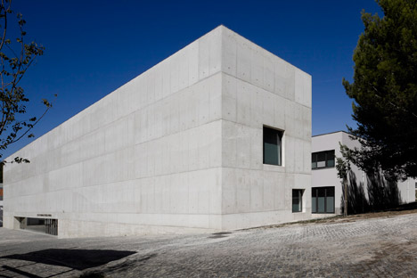 Vergilio-Ferreira-High-School-by-Atelier-Central-Arquitectos_dezeen_468_8