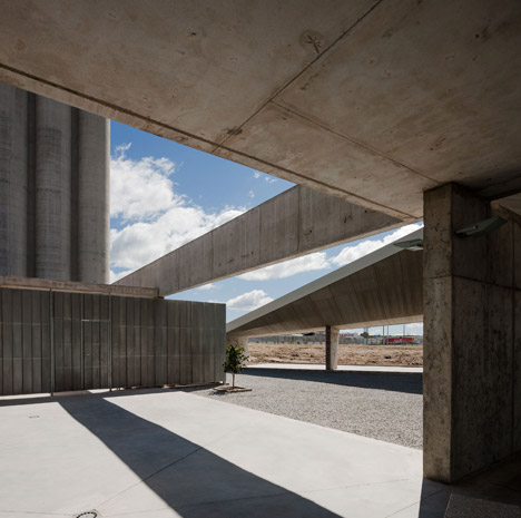 Caceres-bus-station-by-Isabel-Amores-and-Modesto-Garcia_dezeen_468_9