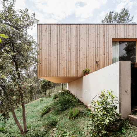 Cantilevered timber house by Alventosa Morell Arquitectes overlooks Barcelona mountains