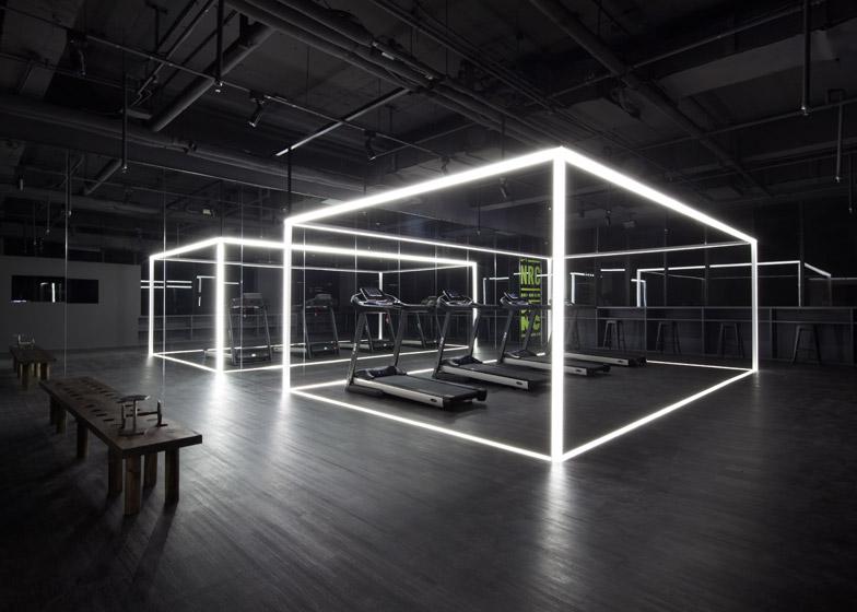 Art gallery turned gym - Luz indirecta salon ...
