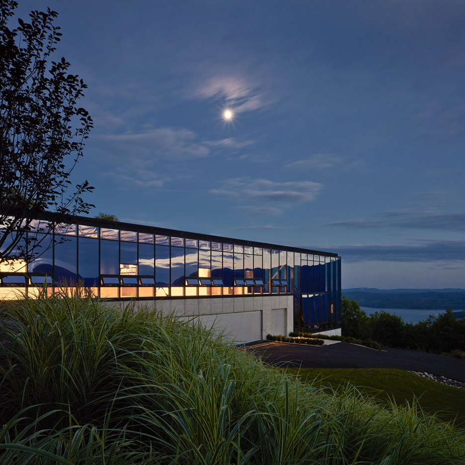 Jay Bargmann nestles glass-box home into hillside in rural New York