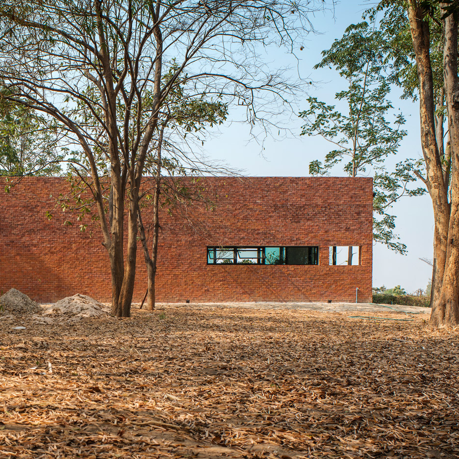 The-House-on-the-Hill-That-Turns-its-Back-to-the-Sea_Adisorn-S_Naweepahb-T_Thailand_dezeen_936_sq_1