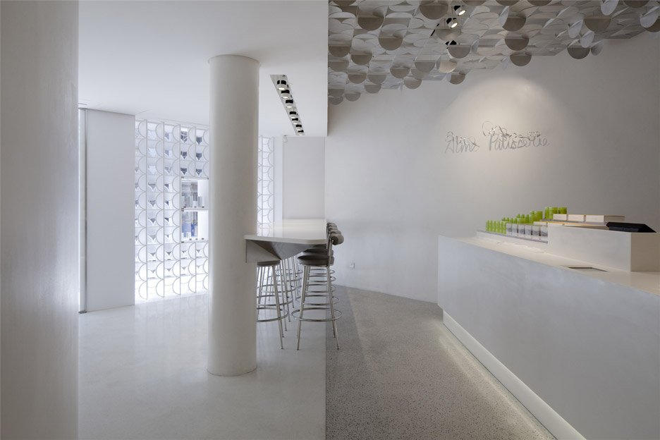 The-White-Gift-Box-patisserie_Shanghai-China_LUKSTUDIO_dezeen_936_3