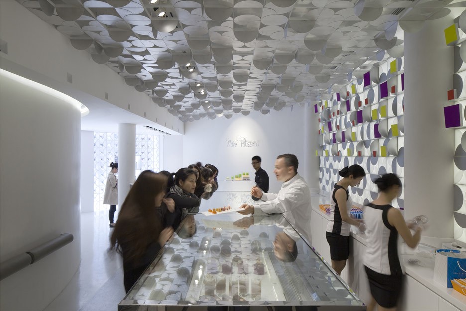 The-White-Gift-Box-patisserie_Shanghai-China_LUKSTUDIO_dezeen_936_4