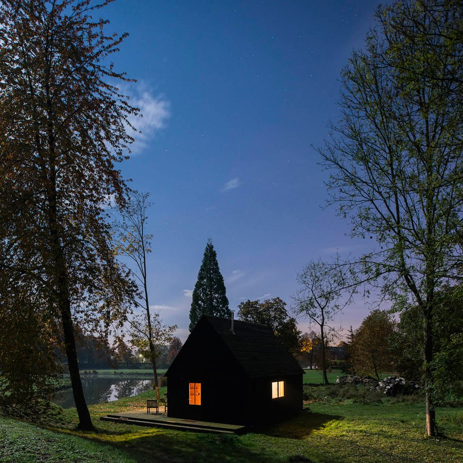 "De Rosee Sa builds ""strangely familiar"" black cabin beside a lake in rural Belgium"