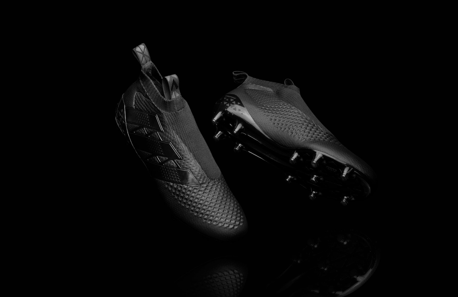 release laceless knitted football boots