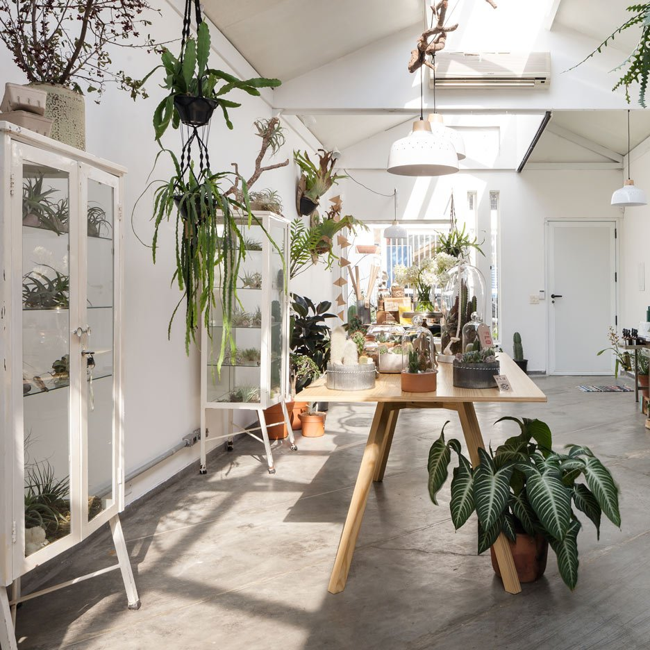 Epicentro fills São Paulo flower shop with vintage furniture